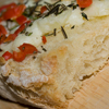 Bruschetta con mozzarella, rosmarino e peperoncino bishop crown